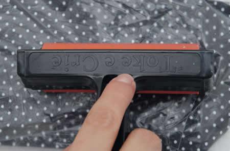 fixação do tecido com cola na capa