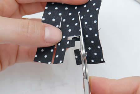 cortando uma letra no tecido