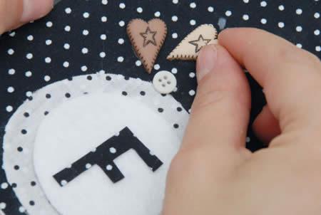 botões e pedacinhos de tecido