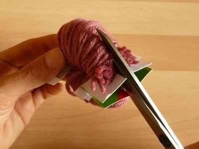 como fazer pompom de lã recortando