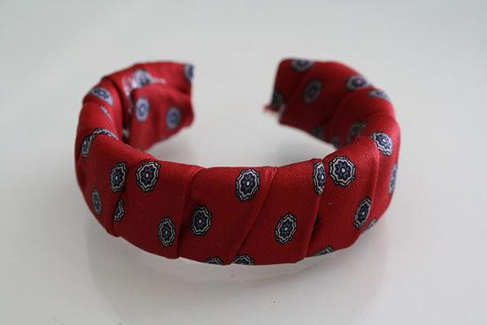 bracelete de tecido com tecido enrolado