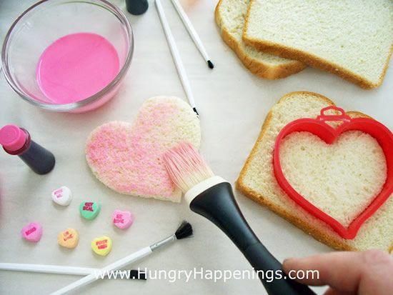 cortando o pão com forminha de biscoito