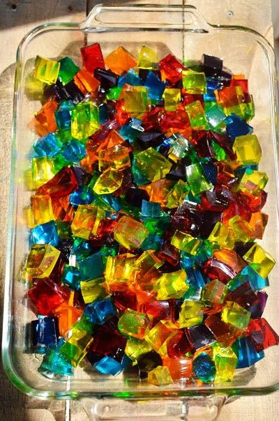 Gelatinas coloridas e em cubos exposta ao sol