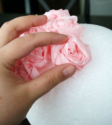 colagens das flores de papel crepom no globo de isopor