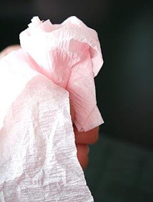 torcendo o rolo de papel crepom