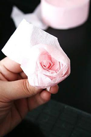 flor de papel crepom finalizada e enrolada