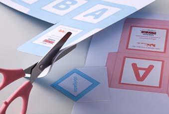 cortando moldes colados na cartolina