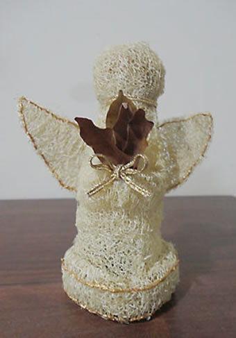 Anjo feito de bucha vegetal