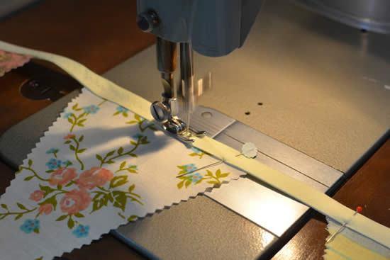 Costurando bandeirinhas na máquina de costura