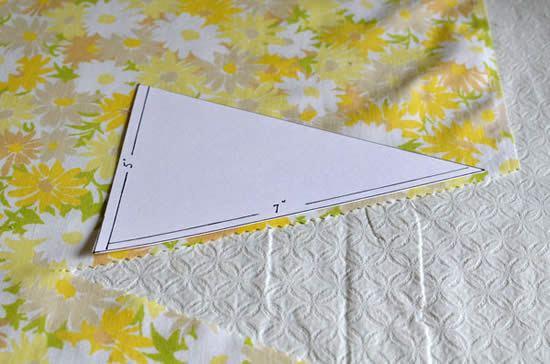 Cortando bandeirinha em tecido com tesoura de picotar