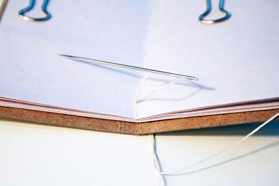 Linha de crochê costurando o bloco de notas