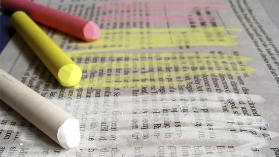 Passando giz colorido no jornal