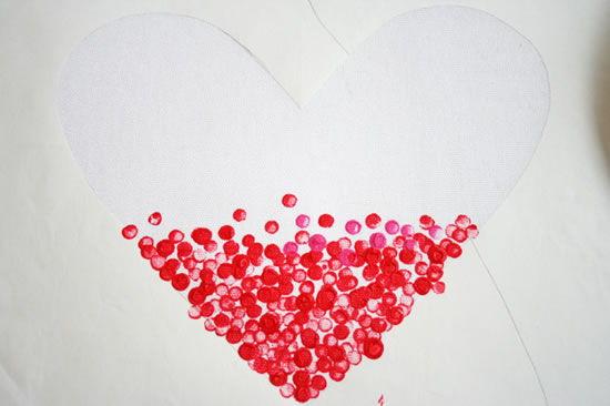 uso do molde de coração para a pintura do tecido