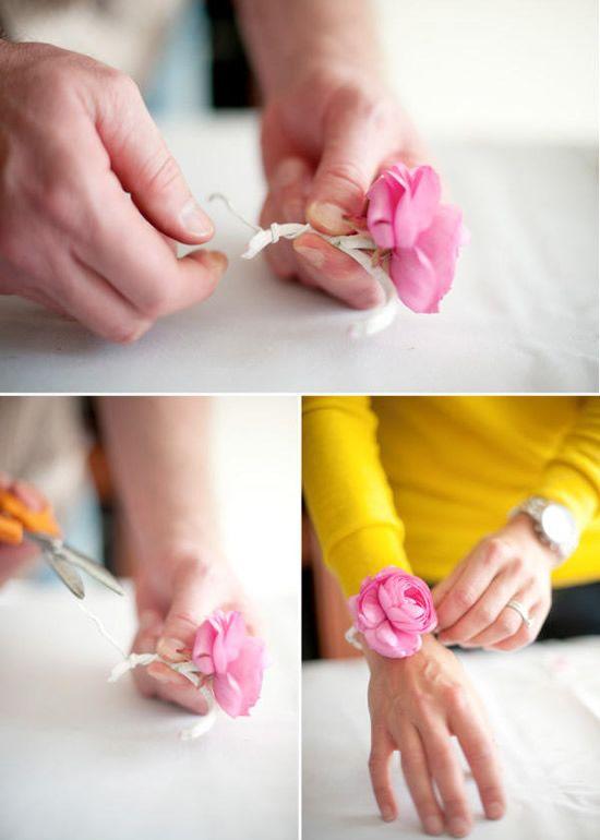 Colocando a fita floral no arame fino e provando o bracelete