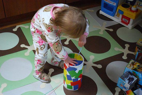 Criança brincando com item artesanal
