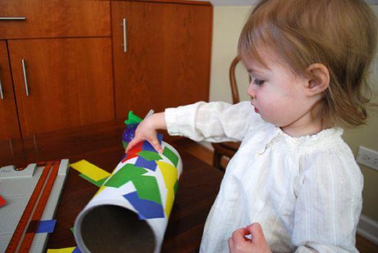 Colando adesivos no artesanato