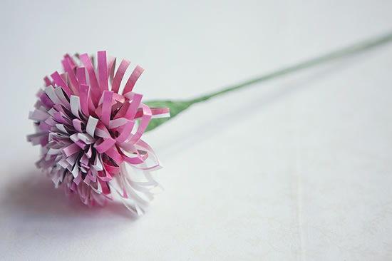 Flor de papel pronta para compor um arranjo de decoração para casamentos