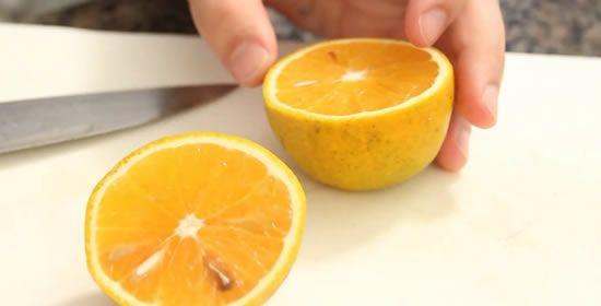 cortando a laranja para fazer a vela