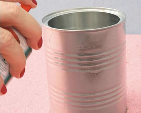 Colocando cola spray na lata