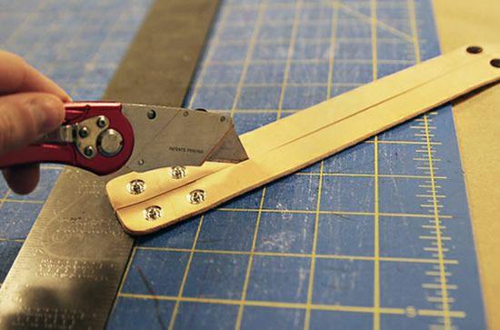 Cortando pulseira de couro ao meio