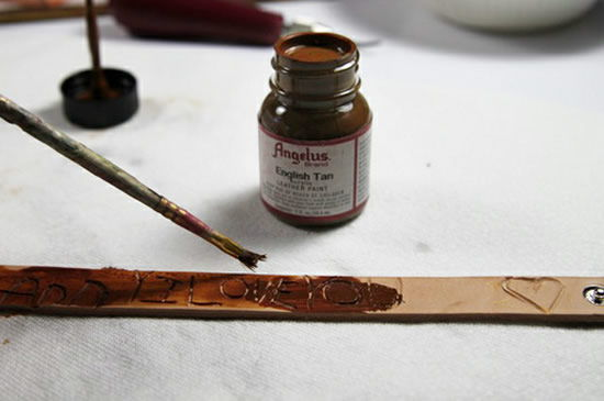 Pintando a pulseira de couro