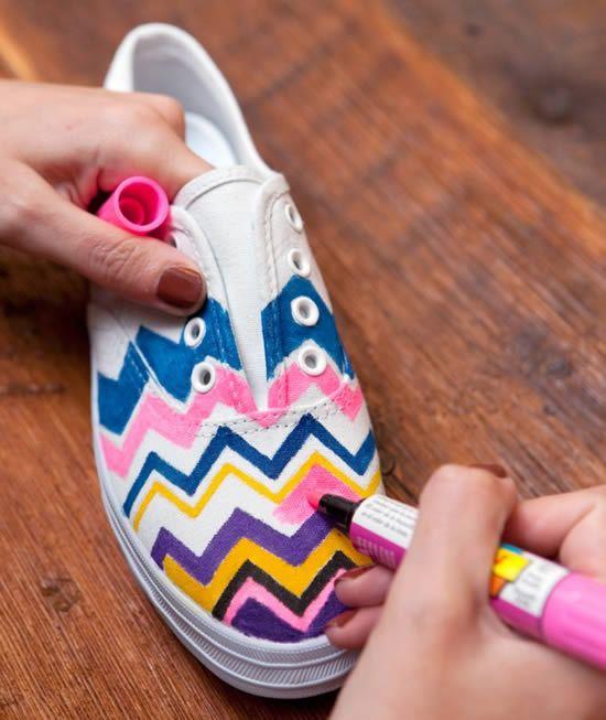 Pintando o tênis com as canetas poscas