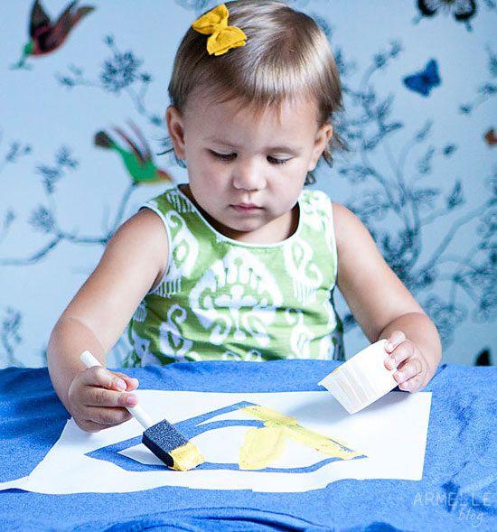 Menina pintando camisa