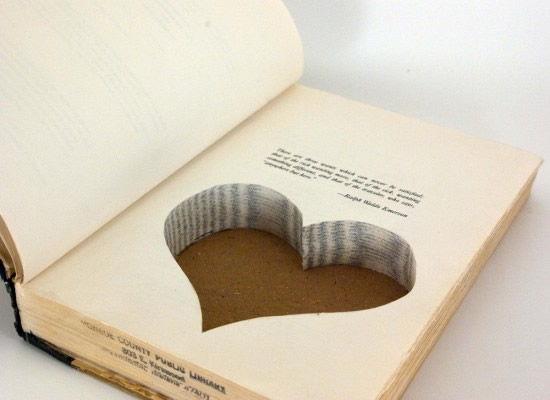 Livro caixa para bijuterias em forma de coração