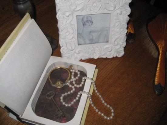 Livro caixa com colar de pérolas