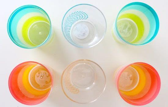 Copos de plástico coloridos
