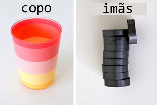 Imãs e copos de plástico