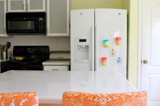 Casa decorada com copos de plástico com imãs de geladeira
