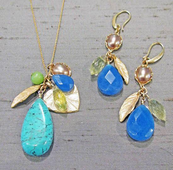 Brincos e colares de pedras de vidro