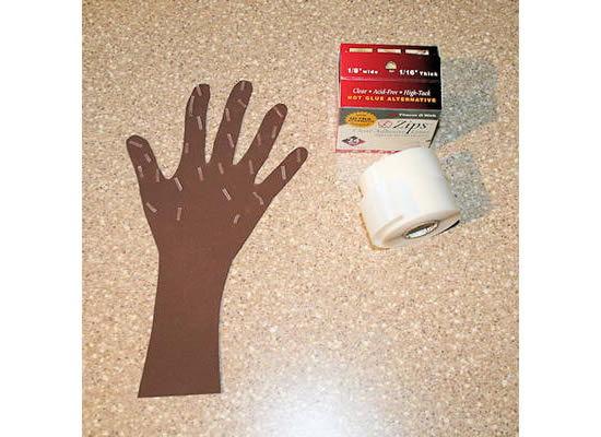 Colocando fita adesiva dupla-face na mão de tecido