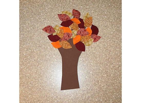 Árvore cheia de folhas de tecido