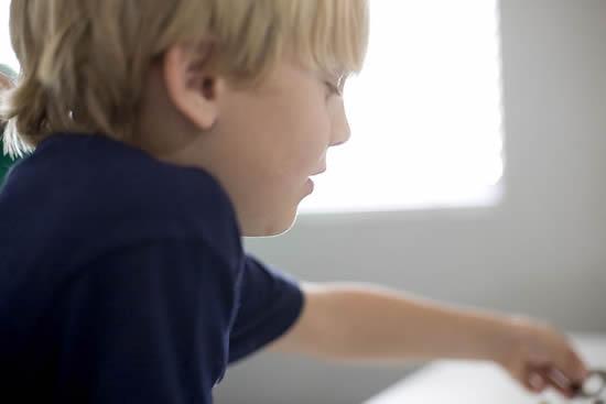 Criança brincando no Dia das Crianças