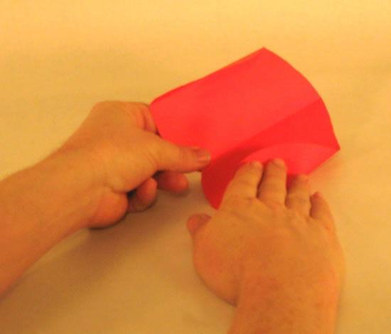 Dobrando o papel vermelho para fazer cartão