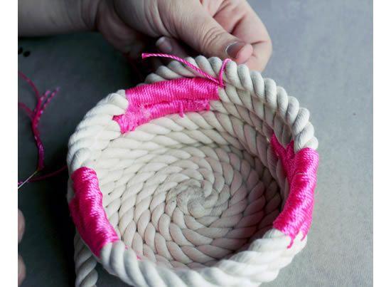 Enrolando a corda para fazer a cesta de decoração