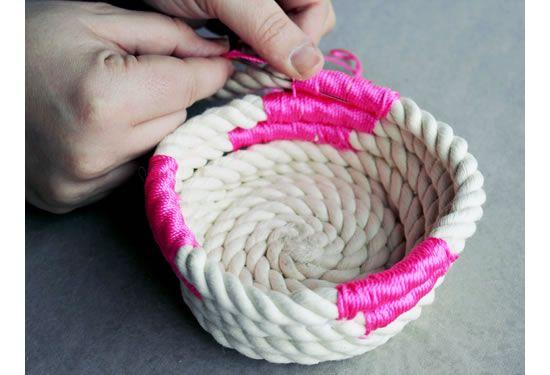 Enrolando a corda para criar a cesta