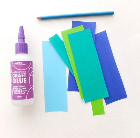 Papel colorido e cola para fazer o colar moderno