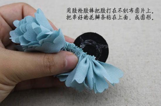 Colando o tecido no feltro