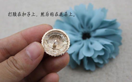 Colando botão e fazendo o miolo da flor de tecido