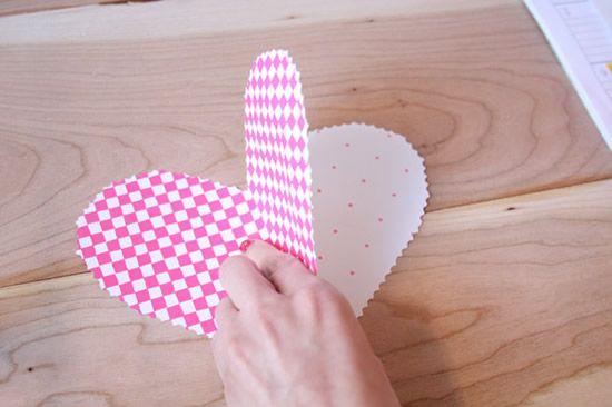 Coração de papel sendo colado