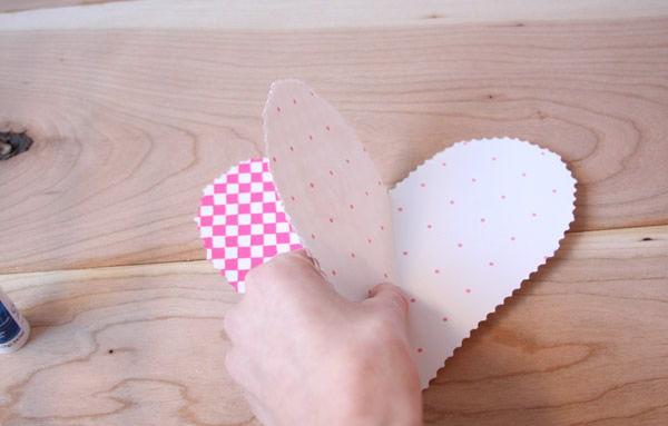 Colando todos os corações de papel cartão
