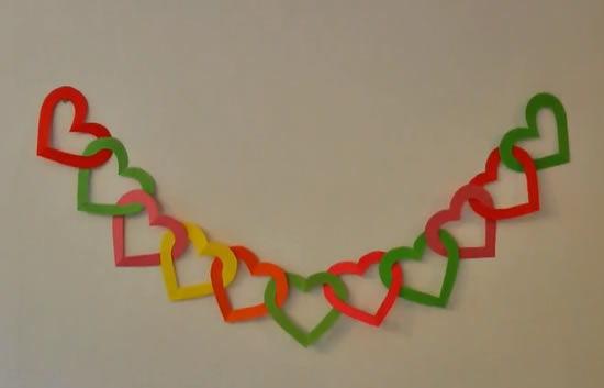Guirlanda de corações com papel colorido