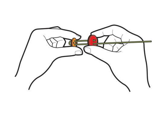 Confeccionando a flor de papel com botões