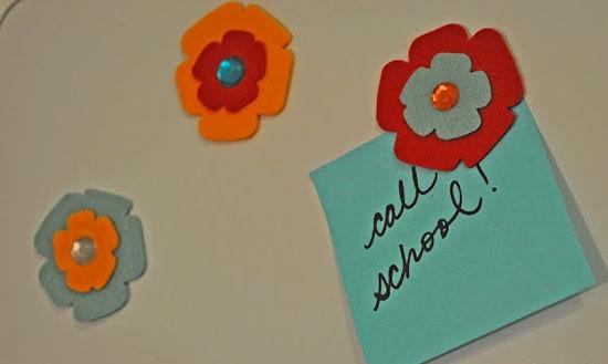 Cartão de geladeira com imã de flor de feltro