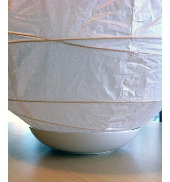Apoiando em vaso para fazer o artesanato