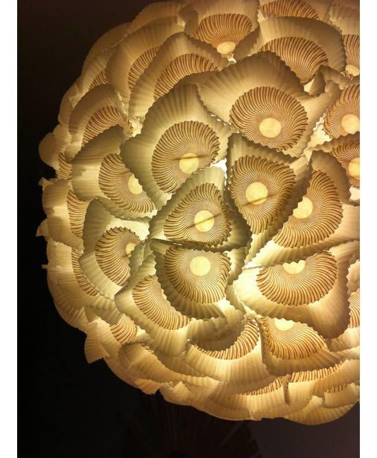 Detalhe da luminária de forminhas de cupcake