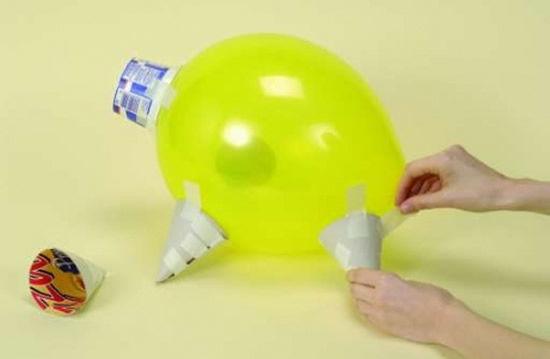 Enchendo bola para criar o porquinho de papel